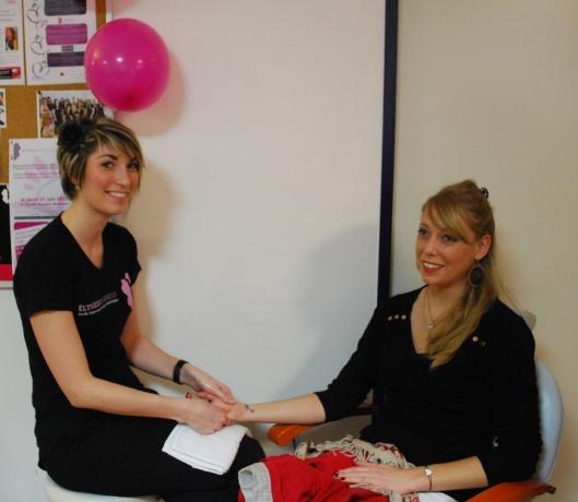 Elodie et une invitée prennent la pause pendant le massage des mains.